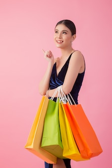 Portret szczęśliwy uśmiechnięty kobieta chwyta torba na zakupy
