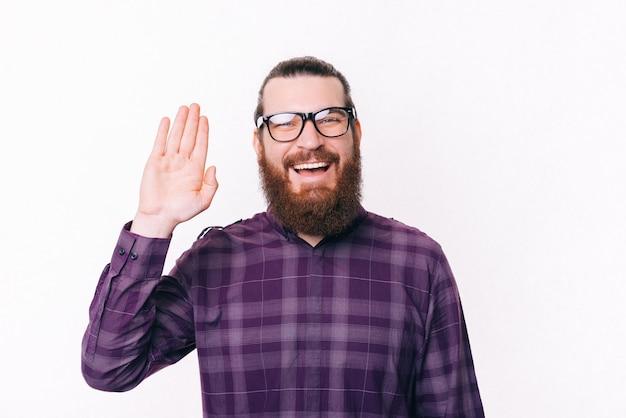 Portret szczęśliwy uśmiechnięty mężczyzna w okularach i mówi cześć
