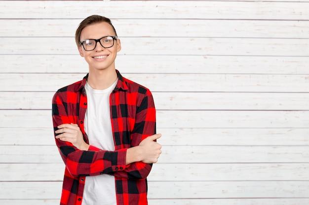 Portret szczęśliwy uśmiechnięty mężczyzna