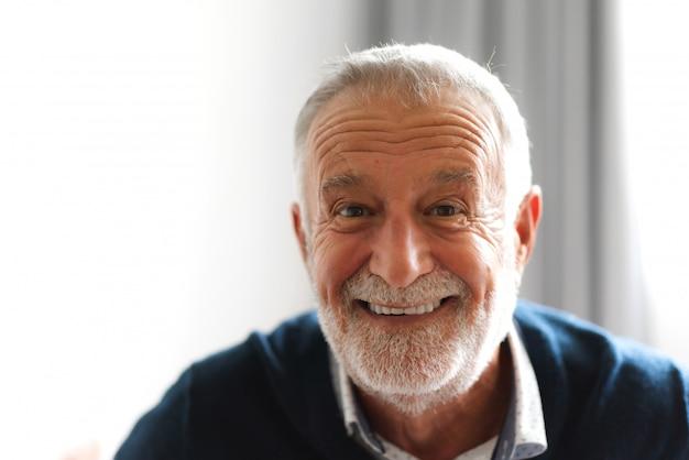Portret szczęśliwy uśmiechnięty starszy mężczyzna