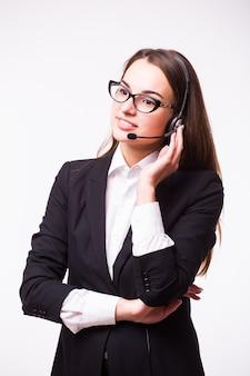 Portret szczęśliwy uśmiechnięty wesoły operatora telefonicznego wsparcia w zestawie słuchawkowym, na białym tle na białej ścianie