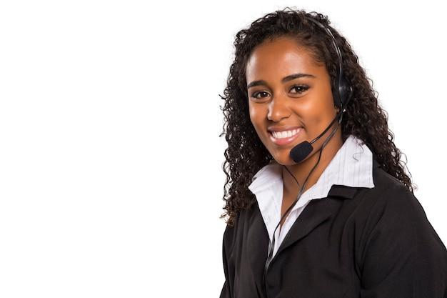 Portret szczęśliwy uśmiechnięty żeński obsługi klienta operatora komputera na białym tle