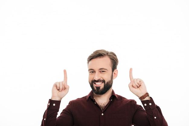 Portret szczęśliwy wesoły człowiek wskazując dwa palce w górę