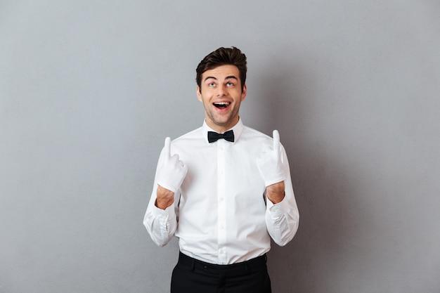 Portret szczęśliwy wesoły mężczyzna kelner