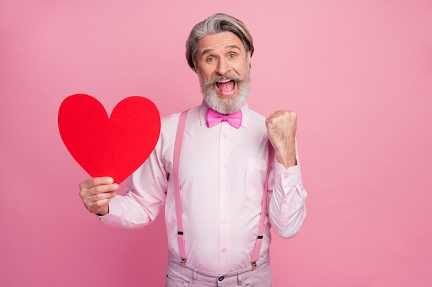 Portret szczęśliwy wesoły mężczyzna trzyma w rękach duże serce