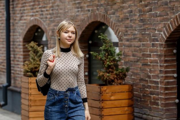 Portret szczęśliwy, wspaniały blondynka na zewnątrz. idąc na ulicę miasta.