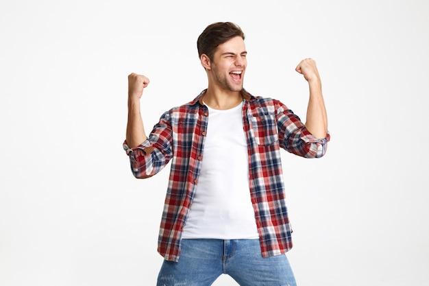 Portret szczęśliwy zadowolony człowiek świętuje sukces