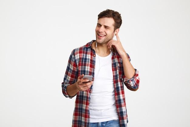 Portret szczęśliwy zadowolony mężczyzna słucha muzyki