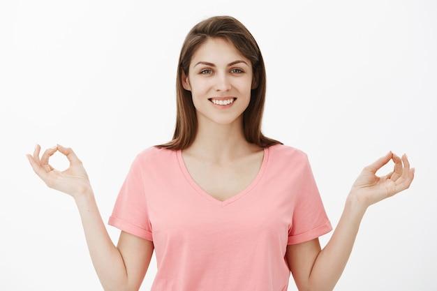 Portret szczęśliwy zrelaksowany brunetka dama pozowanie w studio