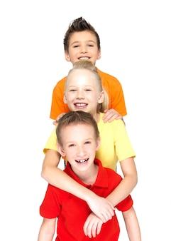 Portret szczęśliwych dzieci na białym tle
