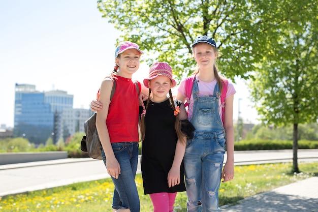 Portret szczęśliwych dzieci w wieku szkolnym
