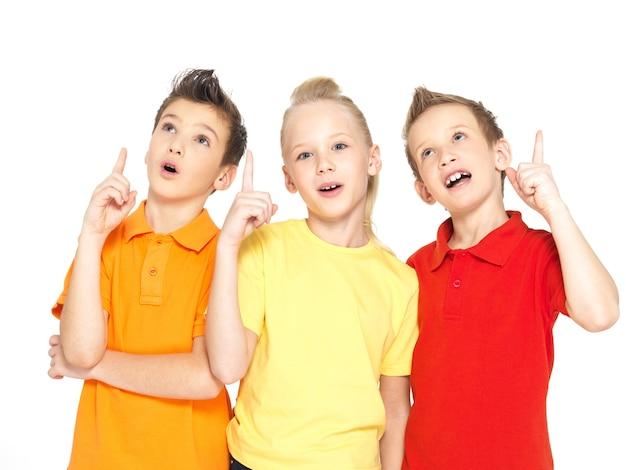 Portret szczęśliwych dzieci wskazuje znak pomysłu - na białym tle
