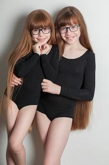 Portret szczęśliwych dziewczyn w sportowym stroju kąpielowym gimnastycznym