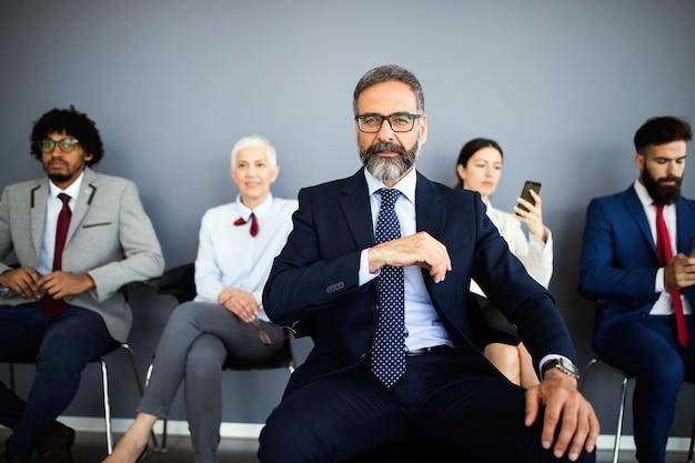 Portret szczęśliwych ludzi biznesu sukcesu. koncepcja działalności finansowej, ubezpieczeniowej i marketingowej