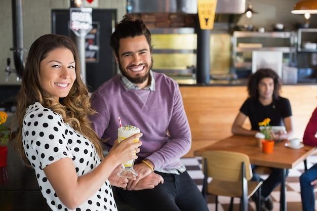 Portret szczęśliwych przyjaciół w restauracji