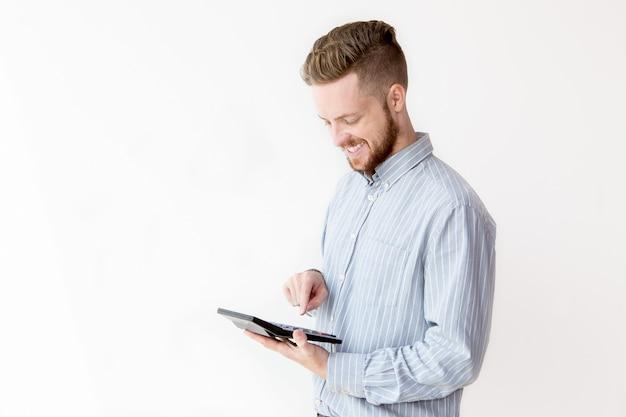 Portret szczęśliwym człowiekiem licząc na kalkulatora