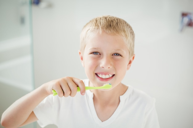 Portret szczotkuje zęby chłopiec