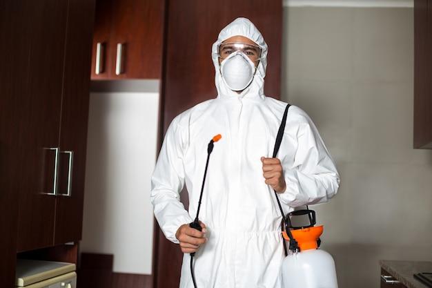 Portret szkodnika pracownik w ochronnym kostiumu