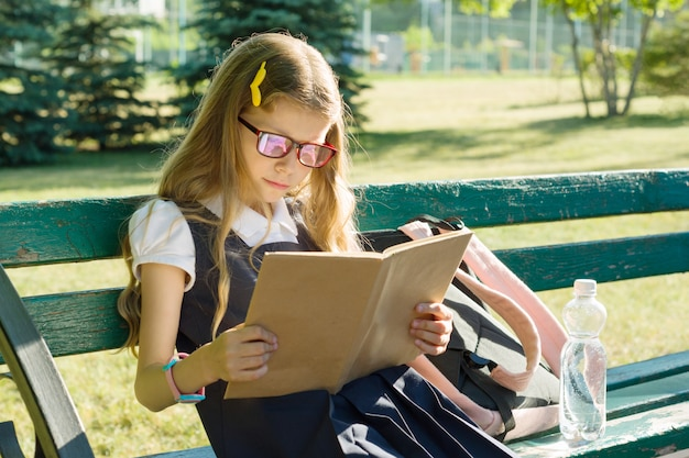 Portret szkoły podstawowej uczennica z plecakiem
