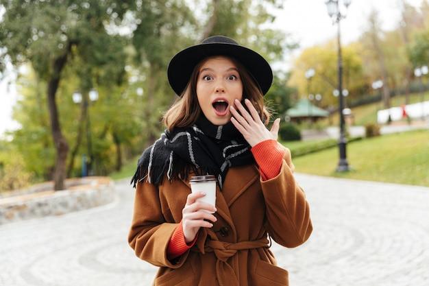 Portret szoku dziewczyna ubrana w ubrania jesienne