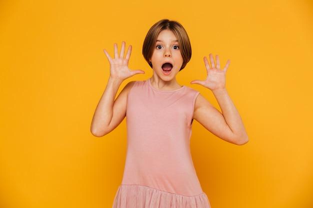 Portret szokującej dziewczyny przyglądająca kamera i gestykulować odizolowywam