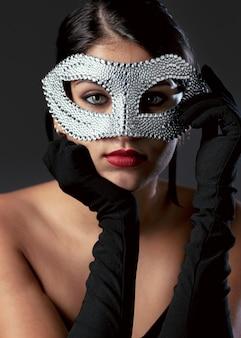 Portret tajemniczej kobiety z maską karnawałową