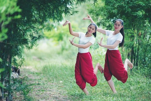 Portret tajlandzka młoda dama w sztuki kultury tajlandia tanu, tajlandia