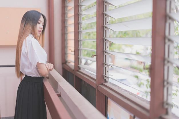 Portret tajlandzkiego studenta, relaksujący ton, ciepły i jasny obraz