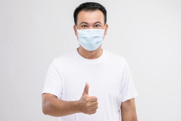 Portret tajskiego mężczyzny noszącego ochronną maskę na twarz, aby zapobiec wirusowi