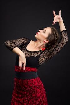 Portret tancerka flamenco w czarnej i czerwonej sukience