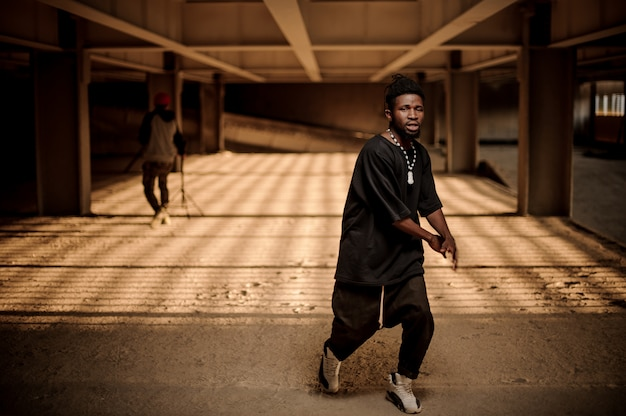 Portret tańczącego afro american man