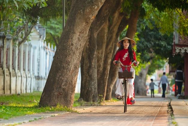 Portret tradycyjnej czerwonej sukience wietnamskiej dziewczyny