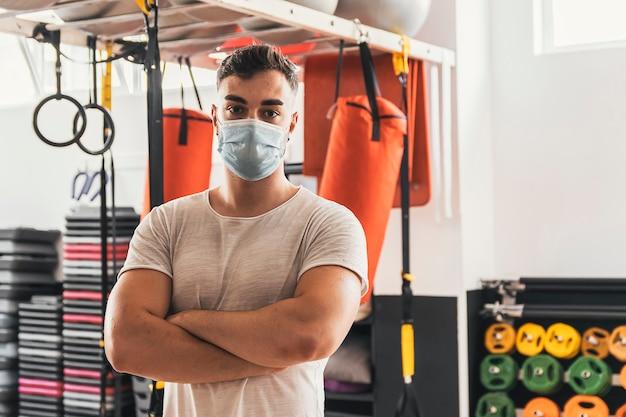 Portret trenera fitness na siłowni