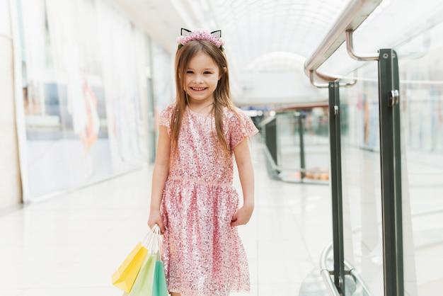 Portret troszkę szczęśliwa dziewczyna w centrum handlowym.