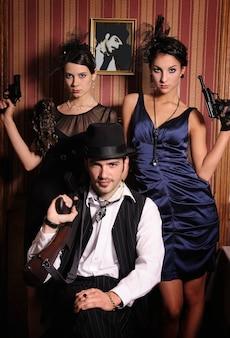 Portret trzech gangsterów z bronią.