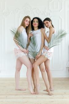 Portret trzech młodych kobiet o różnych typach skóry