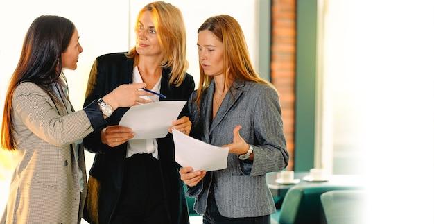 Portret trzech przyjaciół rozwijających się w karierze biznesowej. porozmawiaj z firmą pokazującą porady dotyczące propozycji działanie przeczytaj sprawdź umowę o kontrakcie budowanie koncepcji zespołu. .