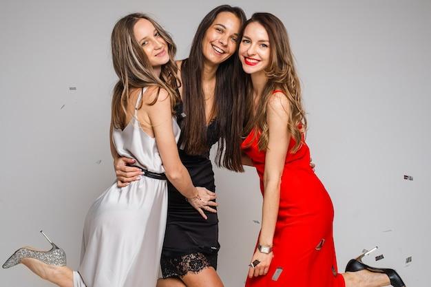 Portret trzech szczęśliwych atrakcyjnych kobiet