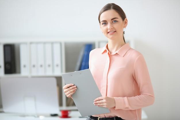 Portret trzyma falcówkę w ona i ono uśmiecha się biznesowa kobieta