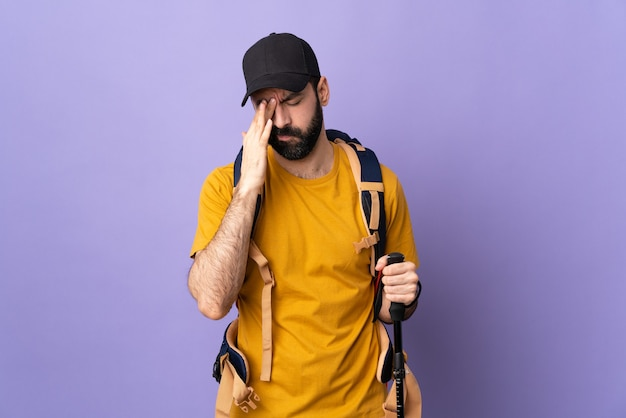 Portret turysta mężczyzna z plecakiem