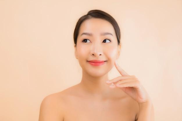 Portret twarzy piękna młoda azjatykcia kobieta z piękno zdroju pojęciem