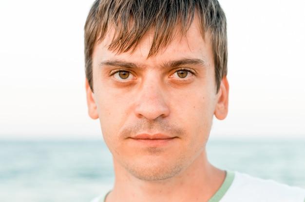 Portret twarzy trzydziestoletniego dorosłego szczerego kaukaskiego szczęśliwego mężczyzny lub faceta podróżującego solo na letnie wakacje