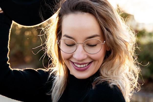 Portret tysiącletniej kobiety z idealnymi zębami ono uśmiecha się.