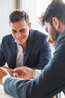 Portret uśmiechnięty biznesmena obsiadanie z jego partnerem