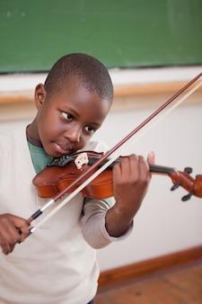 Portret uczeń bawić się skrzypce