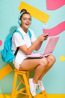 Portret uczennicy studiowanie z laptopem