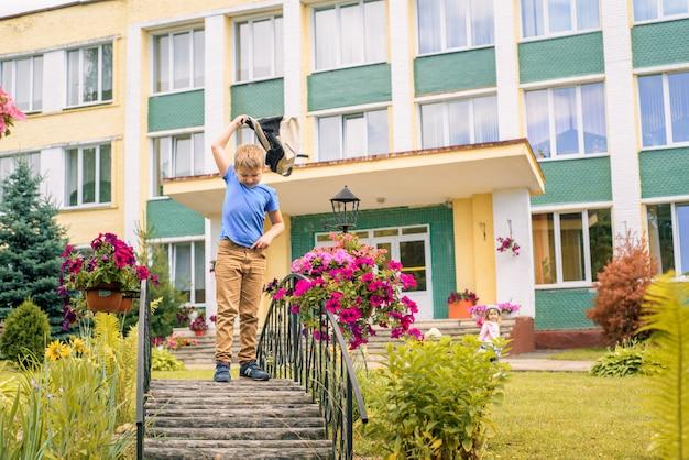 Portret ucznia z skaczącym plecakiem