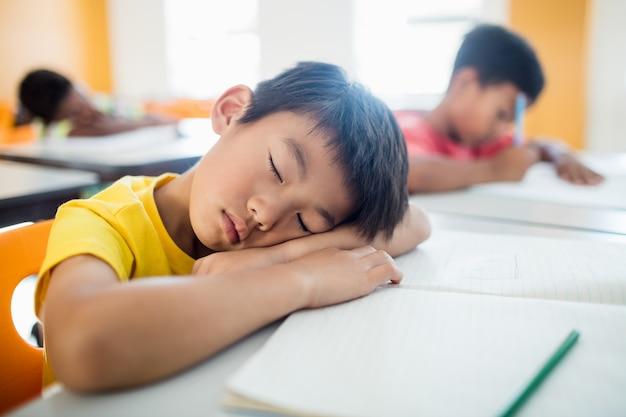 Portret ucznia zasypia