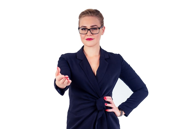 Portret udanego biznesu kobieta okulary blond fryzurę idealny makijaż czerwone usta w stylowym czarnym garniturze daje rękę na uścisk dłoni powitalny gest studio biały izolować. pomysł na powitanie