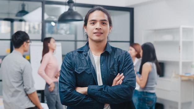 Portret udanego, przystojnego biznesmena wykonawczego, inteligentnego noszenia na co dzień, patrzącego na kamerę i uśmiechającego się